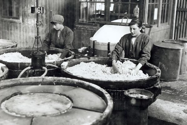 608 - Unloading the nitrating pans